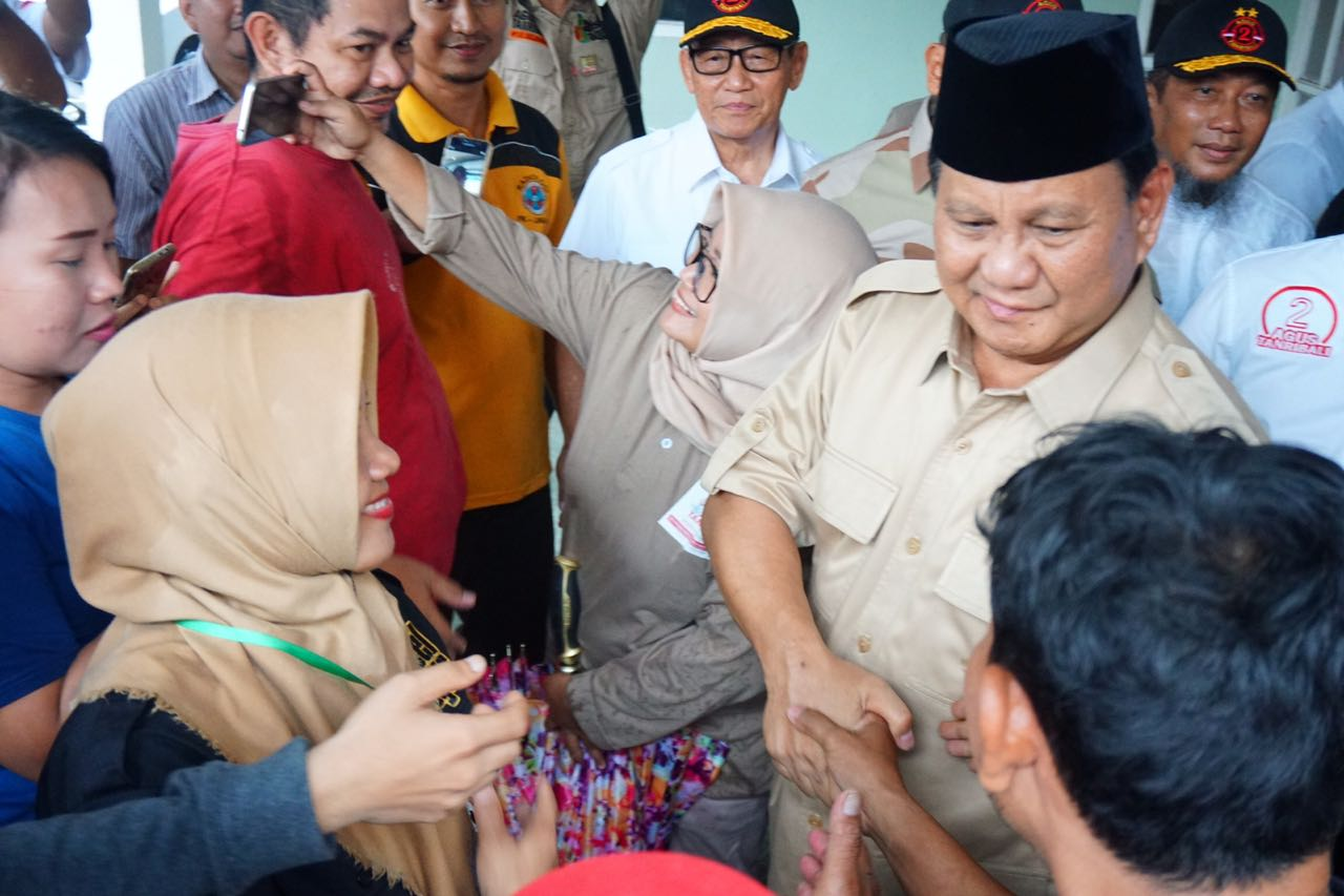 Dikediaman AGH Sanusi Baco, Prabowo Diserbu Warga | Harian